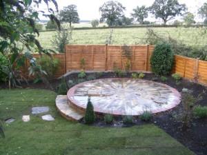 Площадка для патио круглой формы на дачном участке