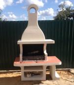 готовая печка барбекю из бетона на садовом участке