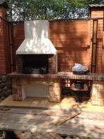 кирпичная печь барбекю с казаном на даче на улице