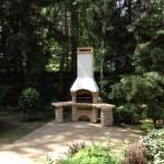 углавая кипричная барбекюшница на даче в саду