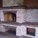 мангал барбекю из кирпича в доме с казаном