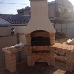 мойка, мангал, столешница - барбекю печь на улице в саду