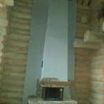 большой высокий камин в деревянном доме с двойным светом