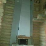 камин в доме из бруса с двойным светом