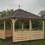 компактная простая деревянная дачная летняя беседка для сада