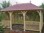 Площадка с деревянным навесом беседкой для дачи
