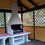 летняя дачная открытая беседка из дерева с барбекю печью