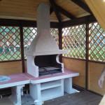 недорогая деревянная беседка с барбекю печью