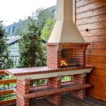 барбекю печь с дымоходом установлена в деревянной беседке