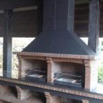 большой удобный комплекс барбекю из кирпича