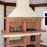 Готовая барбекю печь из кирпича с мангалом и печью под казан