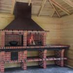 готовая барбекю печь на дровах установлена в беседке