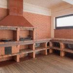 летняя кухня с кирпичным мангалом в беседке