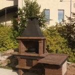 печь барбекю с казаном и столешницей из кирпича