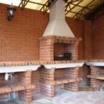 мангал с крышей из кирпича