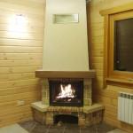 Угловой камин в стиле кантри в деревянном доме