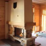 камин в стиле кантри в деревянном доме
