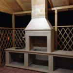 Барбекю печь с дымоходом установлена в беседке