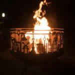 Огонь в костровой чаше на даче