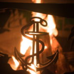 Символ якоря у чаши для огня из металла