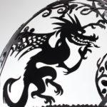 чудовище дракон на металлической сфере