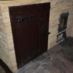 Дверца ниши мангальной зоны барбекю